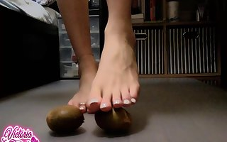 TS TOES CRUSHING FRUIT & CUMSHOT